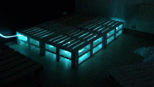 diy holzpalettenbett mit beleuchtung ein selbstgemachtes bett unter 100 fashionzone. Black Bedroom Furniture Sets. Home Design Ideas