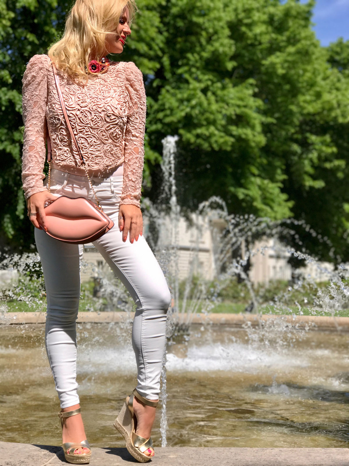 white-jeans-outfit-weisse-jeans-outfit-pastel-lace-shirt